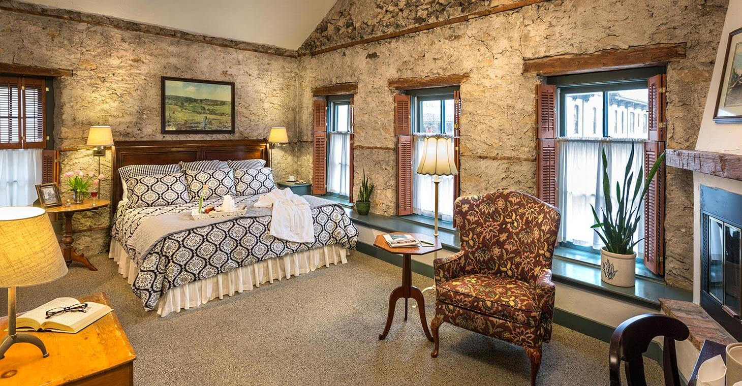 Rooms: Luxury Cedarburg Bed And Breakfast Rooms : Fireplaces & Whirlpool Tubs