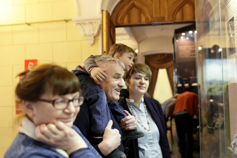 Family exploring the Cedarburg Cultural Center