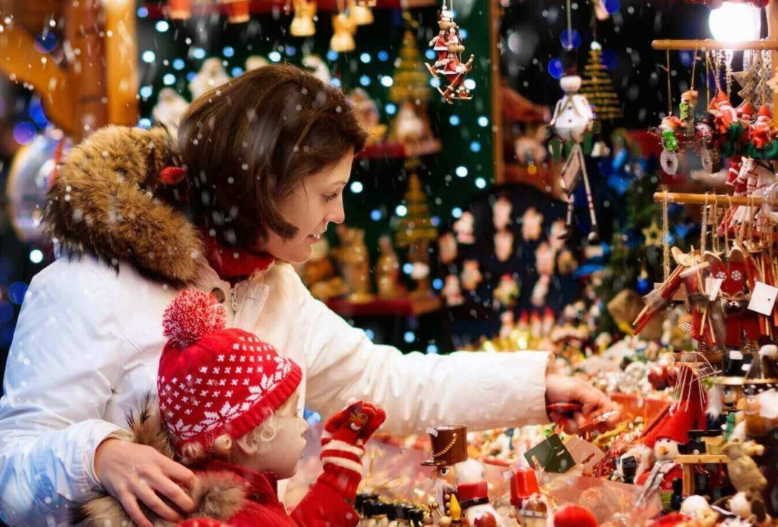 Cedarburg City Tins Christmas Shoppers